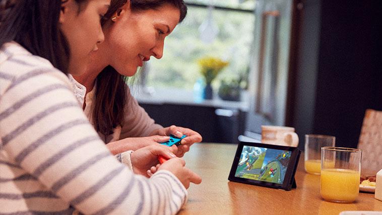 szczęśliwa rodzina grająca na switchu